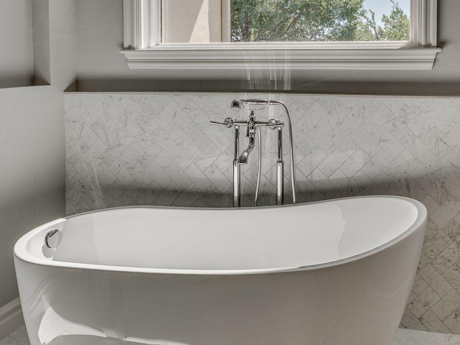 Luxurious master bathroom tub.